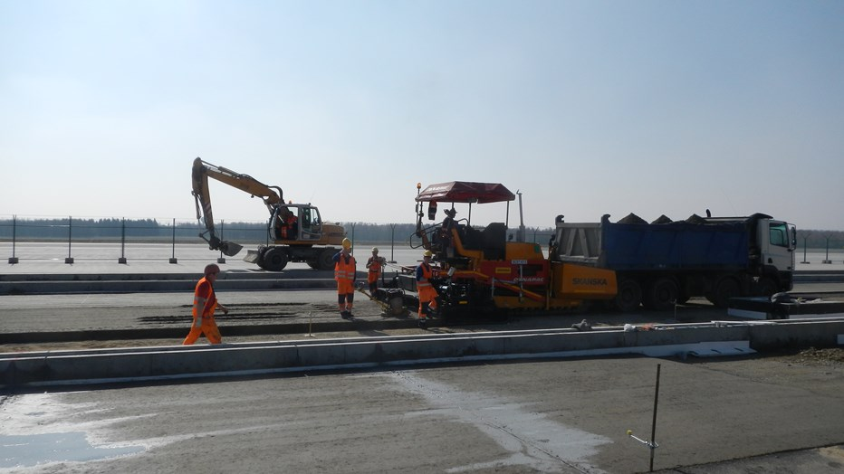 Construction of the syntethic surface at the Strachowice airport